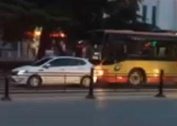 Un conductor de autobús arrolla a un coche por una pelea de tráfico