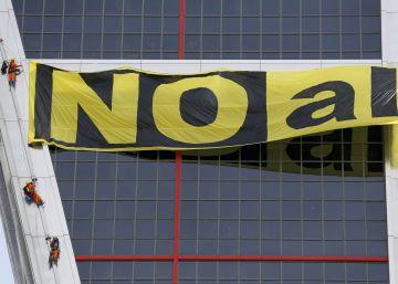 Greenpeace escala las Torres Kio