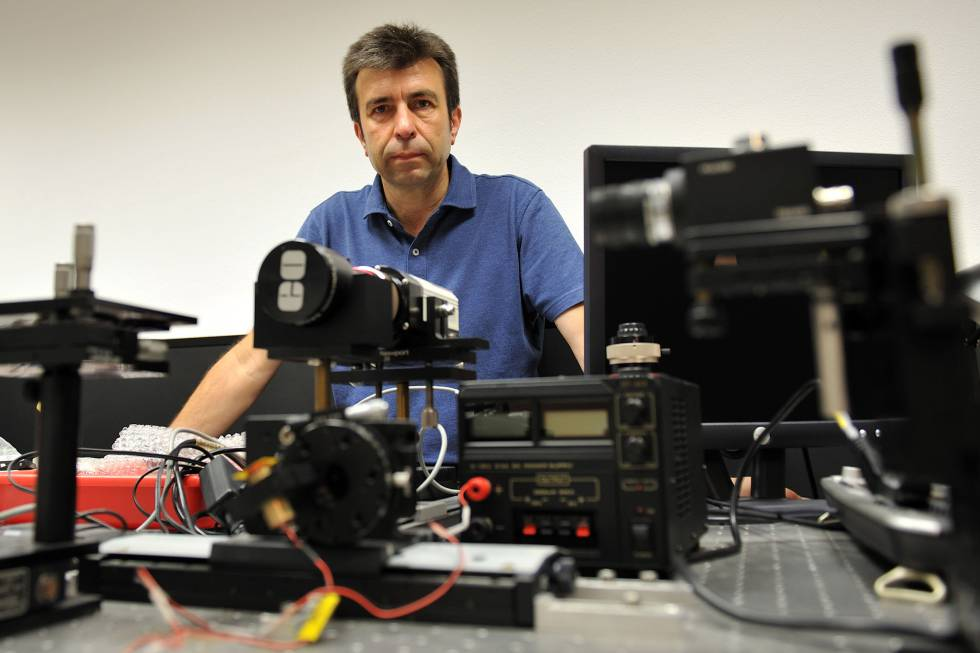 El físico Pablo Artal, en el Laboratorio de Óptica de Murcia.