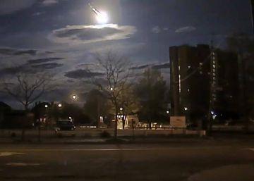 Un coche patrulla graba la entrada de un meteorito en la Tierra