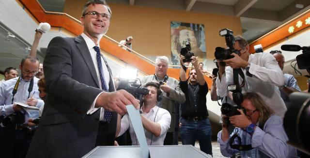 El ultraderechista Norbert Hofer, votando.