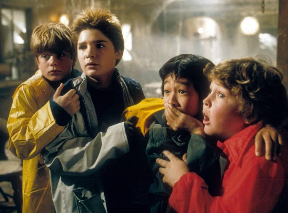 Corey Feldman, segundo por la izquierda en 'Los Goonies'.