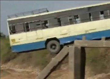 Un autobús se queda a un hilo de despeñarse en India