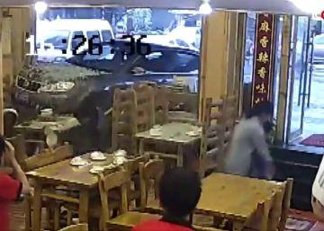 Un coche se empotra contra un restaurante con clientes en China