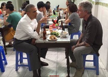 Barack Obama y el cocinero Anthony Bourdain .