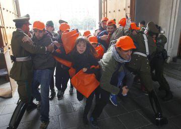 Un grupo de estudiantes chilenos irrumpe en el Palacio de la Moneda