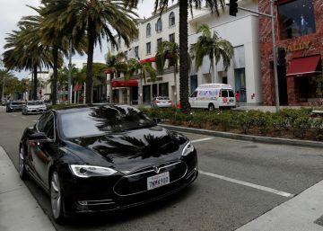 ¿Una siesta a bordo del Tesla automático?
