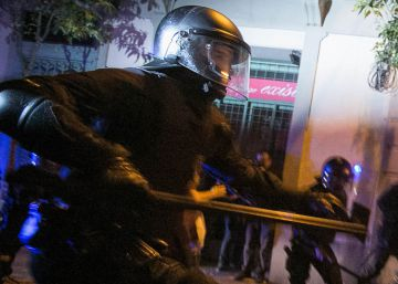 Carga policial de los Mossos d'Esquadra en el barrio de Gràcia.