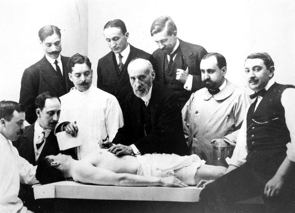 Clase de disección de Santiago Ramón y Cajal, en 1915.