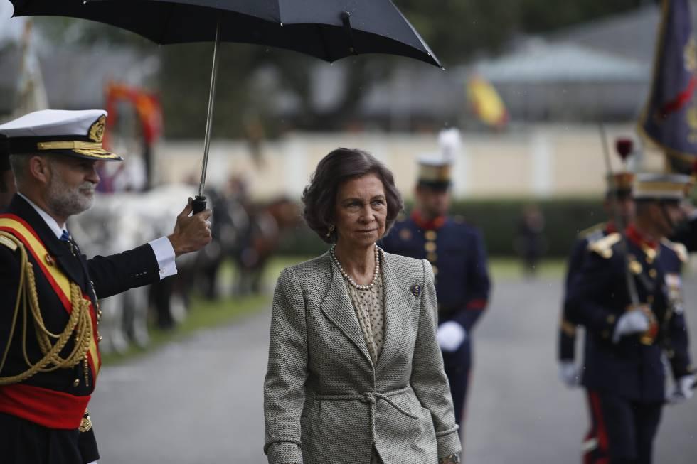 La reina Sofia asiste a la jura de bandera de los nuevos guardias reales el 13 de mayo en Madrid.