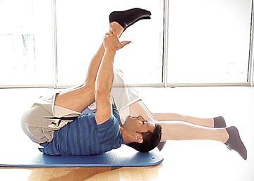 Vídeo| El reto de los 4 minutos: 5 ejercicios para dormir a pierna suelta