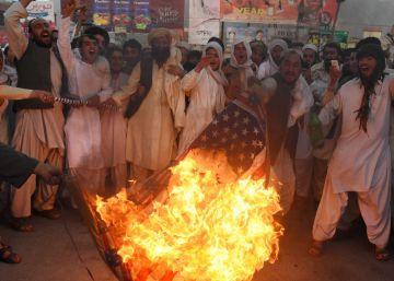 Paquistaníes suníes pro talibanes queman una bandera estadounidense el pasado 25 de mayo