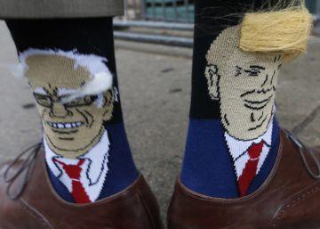 El gobernador de Colorado, John Hickenlooper muestra sus calcetines con las caricaturas de Bernie Sanders y Donald Trump.