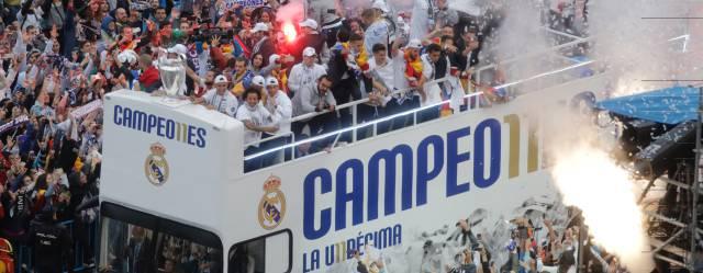 La llegada del autocar del Madrid a Cibeles.