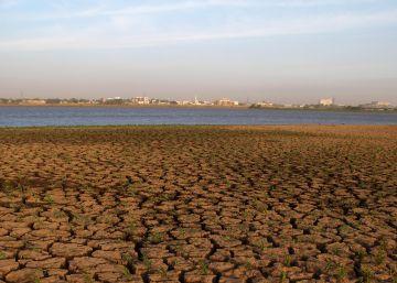 Suelo seco junto al Nilo en Jartum, Sudán.