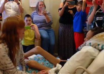 La cantante de Florence and the Machines, Florence Welch, canta a una paciente en un hospital de Texas.