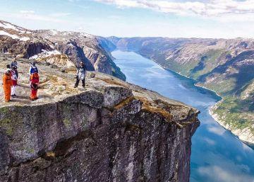 Nueve hombres pájaro se lanzan al vuelo sobre los fiordos noruegos