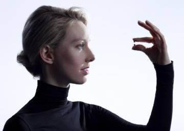La empresaria Elizabeth Holmes, con uno de los tubos de su sistema de análisis.