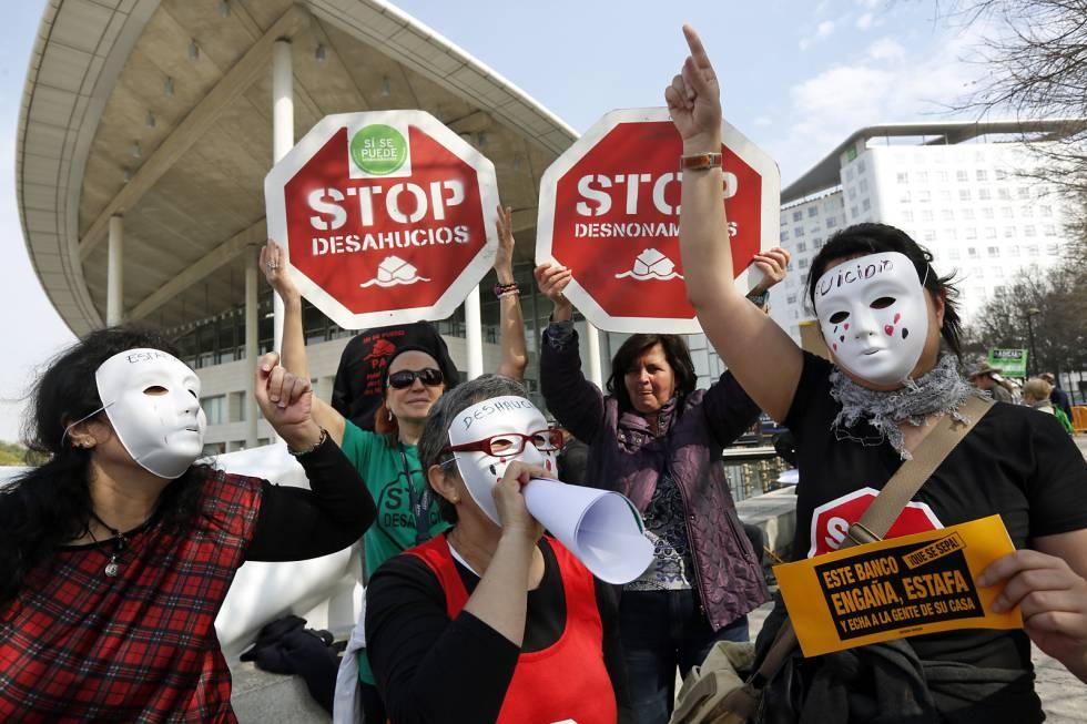Preferentistas protestan ante una junta de accionistas de Bankia celebrada en Valencia en 2014.rn
