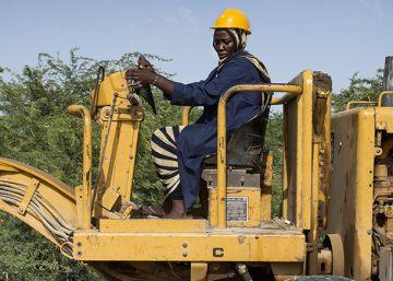 Aminatou se sube a la excavadora