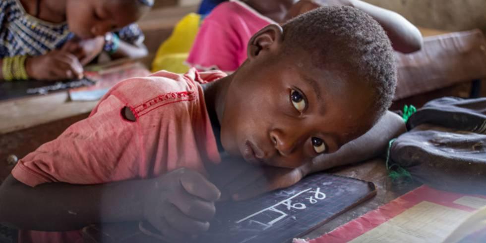 Un niño hace deberes en una escuela de Beleko, Malí.
