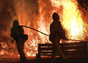 Un incendio en Los Ángeles amenaza las mansiones de varios famosos