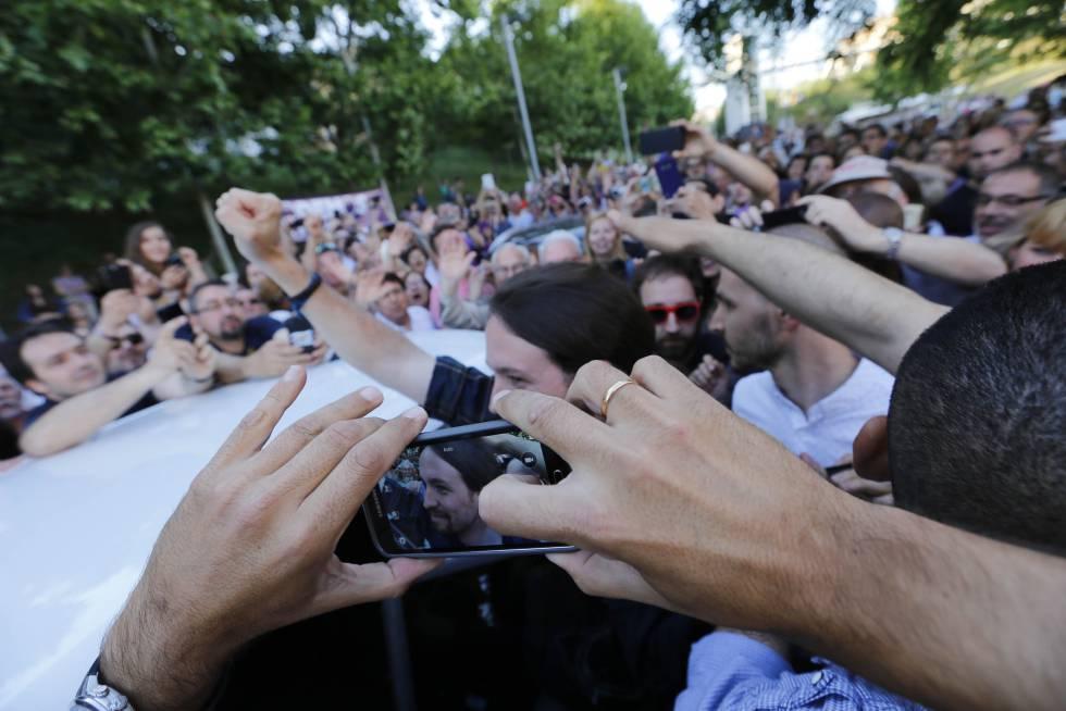 Pablo Iglesias saluda en Terrasa a un grupo de seguidores en mayo de 2015.