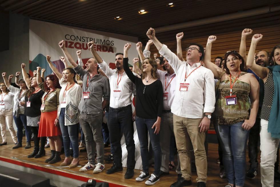 El nuevo Consejo Político federal de Izquierda Unida, tras la elección de Alberto Garzón (centro de la foto, con camisa blanca) como nuevo coordinador en una etapa marcada por el acercamiento a Podemos.