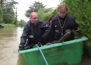 Tres policías caen de una barca: el 'gag' de las inundaciones de Francia