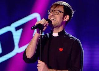 Un cura cantando 'bakalao', el himno español de la próxima JMJ