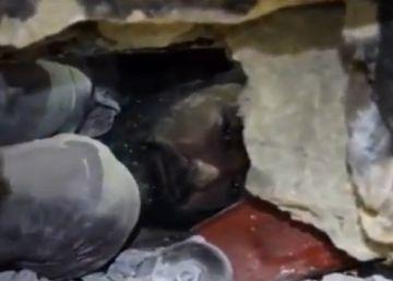 Rescatan a un hombre sepultado tras un bombardeo en Siria
