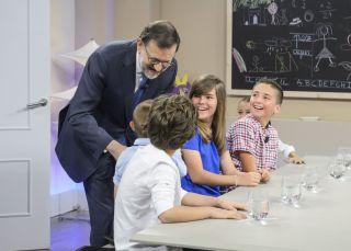 ¿Qué hacen unos niños hablando con Rajoy de 'tarjetas black'?