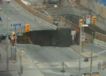 Un impresionante agujero parte en dos una calle de Otawa