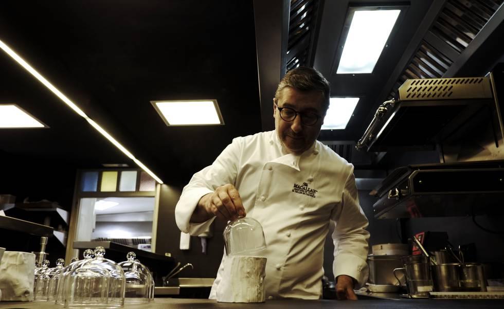 Joan Roca en la cocina del Celler emplatando la madera comestible.