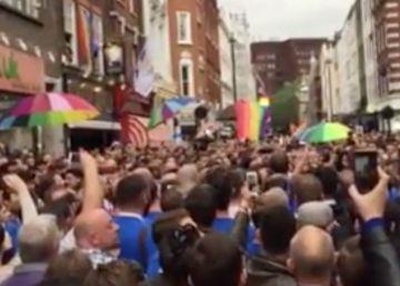 El coro gay de Londres canta para homenajear a las víctimas de Orlando