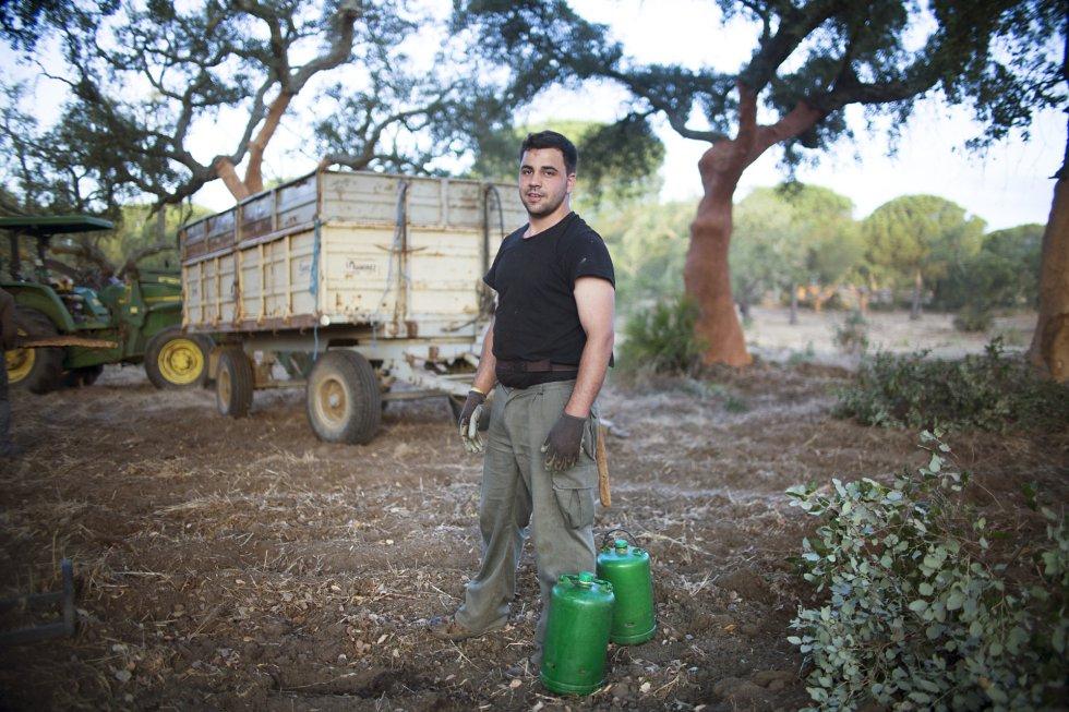 Juan Miguel García, 28 años, lleva descorchando casi la mitad de su vida, ya que empezó a los 16 años.