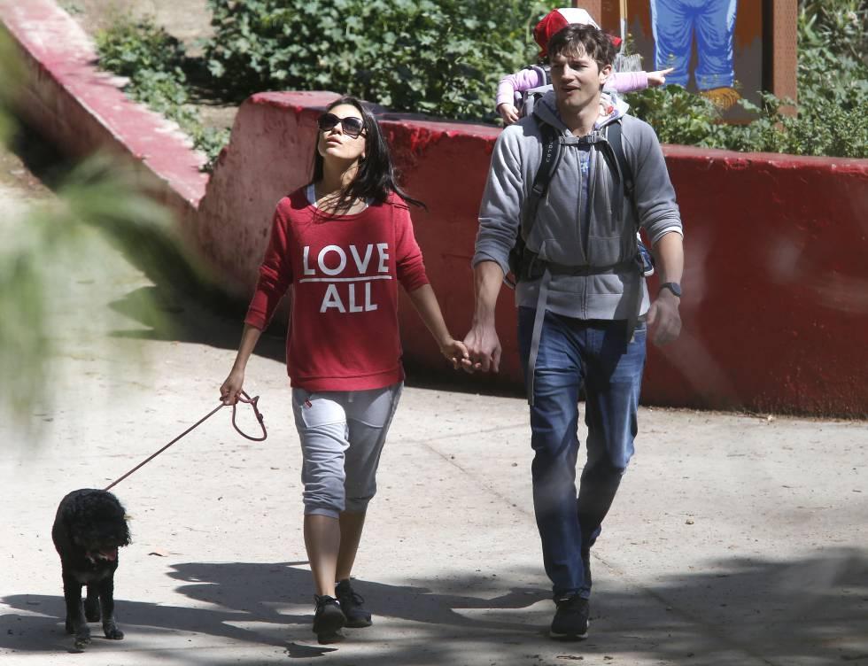 Mila Kunis y Ashton Kuther pasean con su hija y su perro por Los Ángeles.