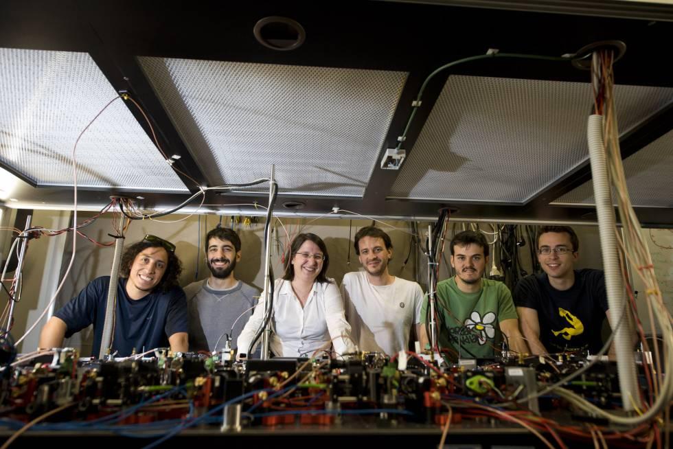 La física Leticia Tarruell, con miembros de su equipo, en el ICFO.