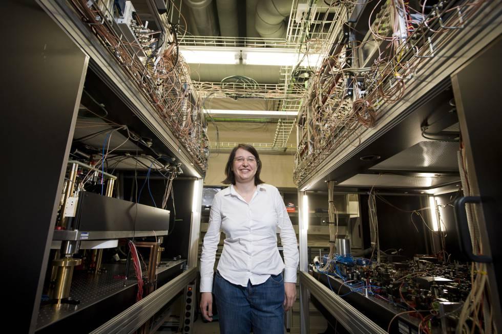 Leticia Tarruell, con su simulador cuántico, en el ICFO.