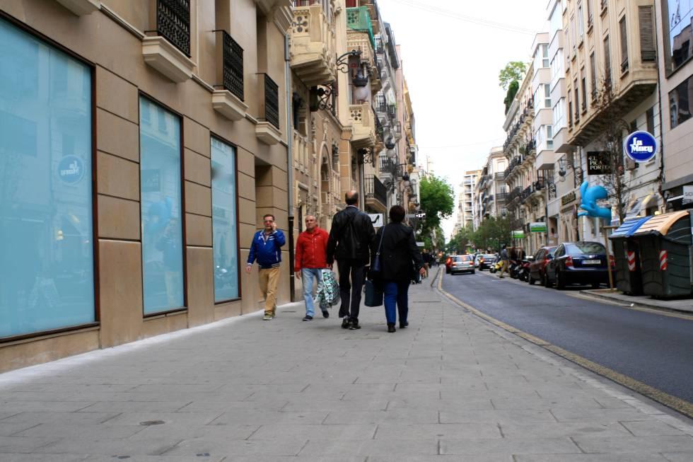 Calle Félix Pizcueta, en Valencia, pavimentada con baldosas que reducen hasta el 72% de la contaminación atmosférica.rn