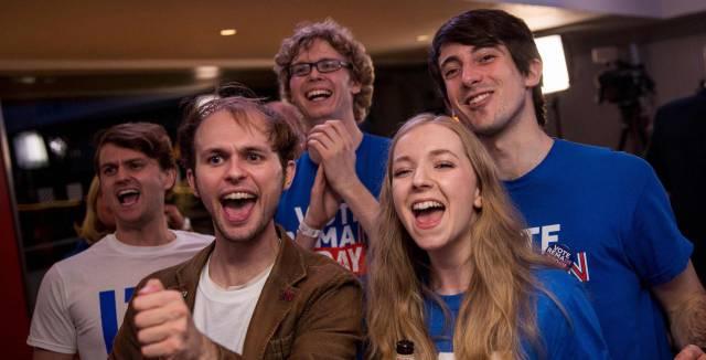 Partidarios del Brexit celebran los resultados.