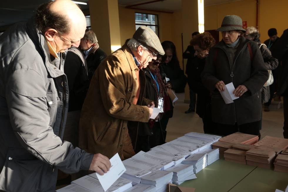 Votantes eligiendo sus papeletas para el Congreso y el Senado, durante la pasada cita electoral del 20-D.