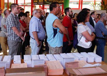Constitución de las mesas electorales en un instituto de Madrid.