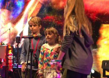 Chris Martin canta con sus hijos en Glastonbury