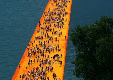 Christo pone a caminar a miles de turistas sobre el agua