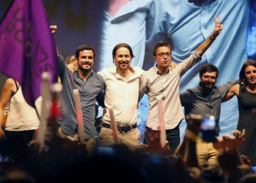 El líder de Unidos Podemos Pablo Iglesias, acompañado por Alberto Garzón e e Íñigo Errejón, durante la noche electoral.