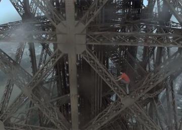 Uno de los escaladores en la Torre Eiffel.