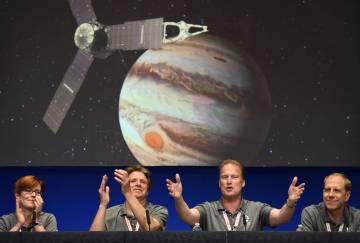 El equipo de la NASA celebra la llegada de 'Juno'.