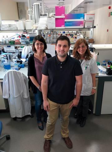El expaciente de enfermedad de Crohn Javier Casado, junto a la Dra Elena Ricart del Hospital Clínic de Barcelona (derecha) y la investigadora del Idibaps Azucena Salas (izquierda).