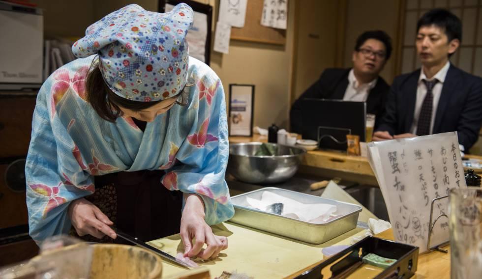Una de las dueñas de Nadeshico Sushi prepara un plato.